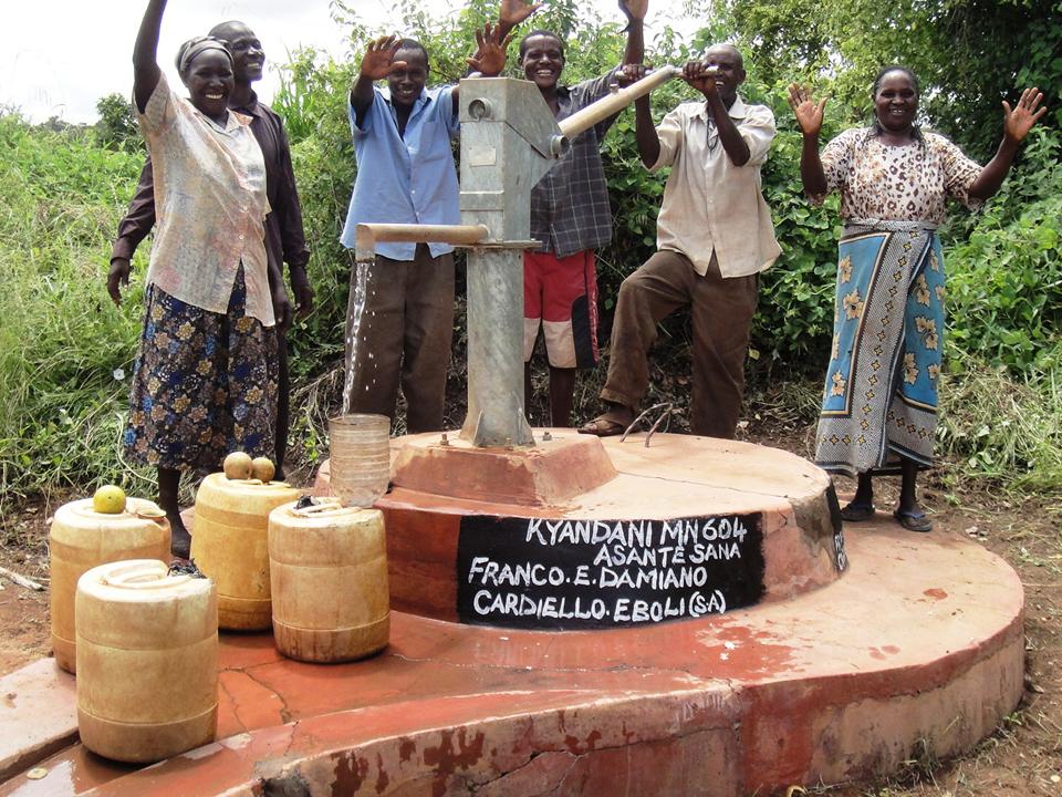 Fontana nella provincia di Makueni in Kenya che eroga acqua potabile per un villaggio di 300 persone, finanziata da me e mio padre in collaborazione con AMREF.