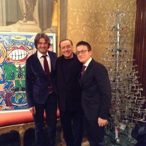 L'arte ironica e creativa dell'artista Francesco Cuomo conquista il Presidente Silvio Berlusconi.